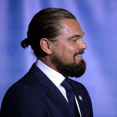 Leonardo DiCaprio arbore son « man bun » © AFP Photo / Timothy A. Clary