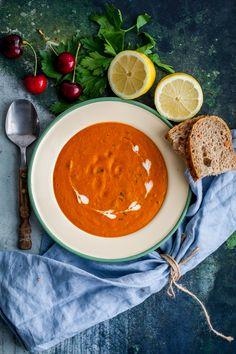 en superhärlig linssoppa med kokosmjölk. En enkel soppa med smak av kanel, citron och persilja. Så fräscht och gott! Jag gillar verkligen soppa och varje gång jag lagar det undrar jag varför inte gör det oftare! Det är enkelt, gott och för det mesta väldigt nyttigt. Den här lin