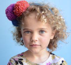 Un mélange de pompons et de tricotin pour ce serre-tête customisé. Les pompons du modèle sont de tailles et de couleurs différentes, idéal pour égayer sa tenue.
