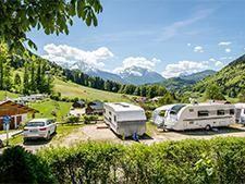 Terrasvormig aangelegde camping met uitzicht