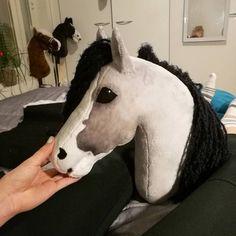 No photo description available. Plush Horse, Stick Horses, Horse Pattern, Horse Crafts, Hobby Horse, Horse Stalls, Horse Photos, Animal Heads, Horse Art