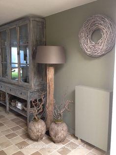 Lamp op klein rond tafeltje met klein vaasje met bloemen met houten schoentjes projecten om - Deco stijl chalet ...
