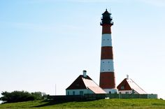 Leuchtturm #Westerheversand der wohl bekannteste und schönste Leuchtturm #Deutschlands! Steigt man über den Deich, bläst einen schon der Seewind ins Gesicht – Flaute ist auf Eiderstedt eher selten. Der Weg zum Turm geht nur zu Fuß, mit Fahrrad oder Kutsche...…. www.welt-sehenerleben.de #Leuchtturm #Nordsee