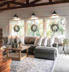 Gorgeous 44 SImple Rustic Farmhouse Living Room Decor Ideas http://decoraiso.com/index.php/2018/05/20/44-simple-rustic-farmhouse-living-room-decor-ideas/