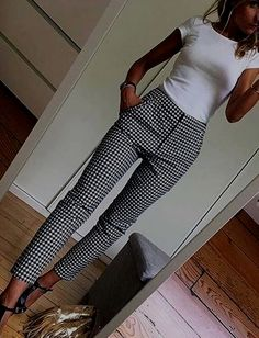White fitted top Black and white slacks - Mode - Outfit Casual Work Outfits, Mode Outfits, Work Casual, Casual Work Outfit Winter, Fashionable Outfits, Casual Work Clothes, Casual Fall, Simple Outfits, Women's Casual