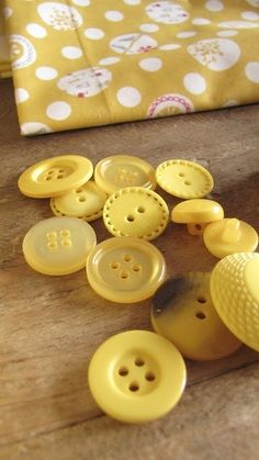 yellow buttons...don't often see yellow...