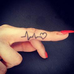 Pin for Later: Lasst eure Hände sprechen mit diesen 30 Finger-Tattoos Immer am Puls der Zeit