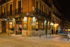 Esta es una imagen de La Maripepa, un bar con una bonita fachada que se encuentra en la esquina de la Calle de Moratín y la Calle Jesús. Madrid