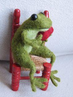 Grenouille prince charmant en laine feutrée. needle felted frog