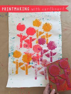 A simple introdution to collagraph printmaking with kids using cardboard to make collages then using rollers to print them onto paper. Diy For Kids, Projects For Kids, Art Projects, Crafts For Kids, Arts And Crafts, Collagraph Printmaking, Printmaking Ideas, Kids Bubbles, Cardboard Sculpture