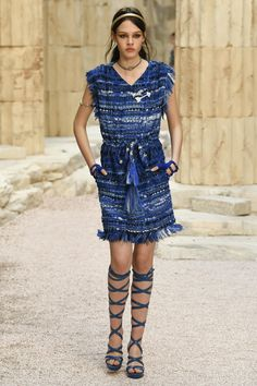 Chanel Resort 2018 Fashion Show look 30 Hiraklion must have! Cruise Fashion, Fashion 2018, All Fashion, Fashion Week, Paris Fashion, Runway Fashion, Fashion Show, Fashion Outfits, Womens Fashion