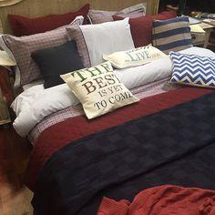 Надпись на подушке:  The best is yet to come! Конечно, все лучшее ещё впереди.  Комбинация цвета и фактуры. Клетка, полоска и монохром.  Жаль, что здесь людно. Так и хочется упасть в этот подушечный рай) #кровать #подушки #пледы #одеяла #постель #сегодня #выставка #heimtextilrussia