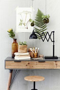 Gorgeous desk with plant and lamp modern earthy Cosy feel - magnifique bureau avec plantes et lampe