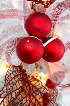 Cada detalle le da vida a tu pino, puedes agregar tul con tonos rojos para complementar la decoración.