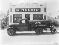 Sinclair station and truck Old Gas Pumps, Vintage Gas Pumps, Antique Trucks, Vintage Trucks, Hot Rod Trucks, Old Trucks, Fuel Truck, Pompe A Essence, Cars Motorcycles