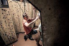 Met zo'n 150 klimroutes op de binnen en buiten wand tot wel 17 meter hoog! Kan jij de top bereiken? Ayers Rock: Ripper Climb