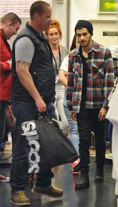 "Zayn Malik>>> yeah but do y'all see the girl behind him? :) she's like "" ohhhh I want some of dat!"""