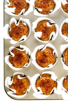 Love this healthy pumpkin muffins recipe! they're naturally gluten-free, naturally sweetened with maple syrup, easy to make, and so delicious. Fall Breakfast, Breakfast Dessert, Healthy Muffins, Healthy Snacks, Oat Muffins, Healthy Recipes, Pumpkin Muffin Recipes, Pumpkin Spice Syrup, Healthy Pumpkin