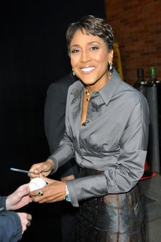 Robin Roberts | Robin Roberts signed autographs outside the GMA studios