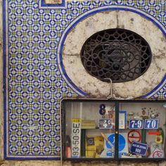 #azulejos #tiles #glazedtiles #design #pattern #patterns #cementtiles #faillance #art #urbanart #azulejoportugues #azulejospadrao #amantedelosazulejos #azulejosdeportugal #ceramic #instart #photooftheday #retro #wanderlust #lisboa #portugal #igersportugal #gerador #travel #p3top #vintage #minimal