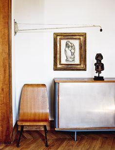 Lámpara Potence, silla Antony y aparador, todo de Prouvé. Dibujo de Manolo Hugué y escultura tribal africana.