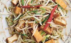 Le tofu sauté aux germes de soja est un petit plat tout simple, frais et légèrement croustillant, qui se mange en général en accompagnement avec d'autres plats, mais qui peut aussi faire office de plat #Thaïlande #Recette #Végétarien #PousseDeSoja