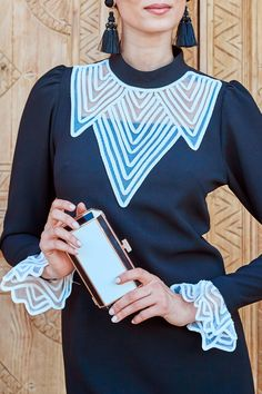 The SUAVE crepe dress with removable sleeves and BRAZIL monochromatic box clutch Weekend Wear, Crepe Dress, White Shirts, New Look, Brazil, Designer Dresses, Ruffle Blouse, Dresses For Work, Black And White