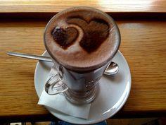 """Recette de chocolat chaud """"palamoud"""" à l'ancienne (sans gluten) Une boisson chaude à boire tout l'hiver. Le chocolat chaud """"palamoud"""", était autrefois préparé avec de la poudre et de la fécule de gland de chêne vert. Ces ingrédients étaient présents également dans le racahout des Arabes. Selon la tradition, c'est la boisson du 6 décembre 2014, la Saint-Nicolas, accompagnée du fameux mannele, petit bonhomme en brioche."""