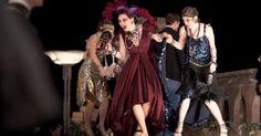 Miuccia Prada, dona das grifes Prada e Miu Miu, colaborou com o figurino vestindo cerca de 40 atrizes nas cenas de festas com roupas originais de coleções passadas. A ideia da colaboração da estilista partiu de uma antiga amizade dela com o diretor Baz Luhrmann e pelo fato de suas criações contarem com referências do passado como inspiração