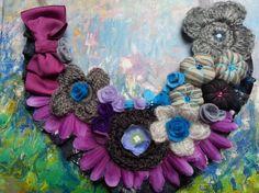 Collar babero en diversos materiales textiles