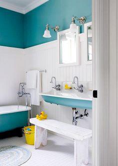Baño de estilo vintage con bañera francesa, paredes turquesas y zócalo blanco de FURNITURE WORLD | Vintage bath with French bathtub, turquoise wall and white skirting board, from FURNITURE WORLD