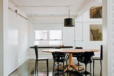 As portas de correr, como esta, que separa o jantar da cozinha, já existiam no apartamento. Ao redor da mesa, estão três modelos de cadeiras: a Jenette, dos irmãos Campana (Firma Casa), nas cabeceiras, a Vegetal, de Ronan e Erwan Bouroullec (com encosto vazado, da Micasa), e a Tulipa, de Eero Saarinem (Casual).
