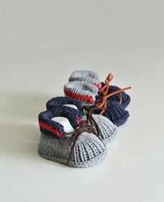2 paires de chaussons tricotés à la main (gris et bleu marine)