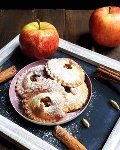 Der Apfel bleibt Zentral in der süssen Küche und ersetzt sogar den Haushaltszucker. Die mini Apfel-Küchlein schmecken auch ohne zusätzlichen Zucker köstlich. Ich konnte allerdings der Versuchung nicht ganz widerstehen und habe ein wenig Puderzucker darüber gestreut. Die Füllung lässt sich übrigens wie gestern das Apfelmus hervorragend einkochen. Kochst du Äpfel ein oder verwendest du sie nur frisch? #apfel #äpfel #saisonal #gesund #zuckerfrei #ohnezucker #pie #backen #apfelküchlein #küchlein… Doughnut, Bread, Mini, Desserts, Instagram, Photos, Powdered Sugar, No Sugar, Fresh