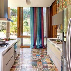 Ahh, lá em casa a gente queria um gourmet assim pra chamar os amigos no domingão!!! Ladrilho hidráulico colorido é muito lindo, né?! #ahlaemcasa #ladrilhohidraulico #ladrilho #domingo #gourmet