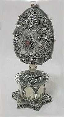Giorgio Busetto and Pascal Jonnaert showed a Russian spice tower from the 19th century, made by a Jewish artist. The base was designed in the form of a three dimensional David's shield made with an impressive work of filigree. Above the base was a hidden cup with 6 large stones on its base and 5 small jade stones in the patterns of filigree flowers. The tower's base was retractable so that the cup could be used for the service to farewell the Sabbath.