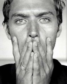 Jude Law - Black and White Portrait Jude Law, Pretty People, Beautiful People, Black And White Love, Hommes Sexy, Famous Faces, Belle Photo, Gorgeous Men, Beautiful Beautiful