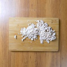 Brioșe aperitiv cu piept de pui și cașcaval • Gustoase.net Bamboo Cutting Board, Fondant, Diy And Crafts, Food, Burgers, Bread, Facebook, Hamburgers, Essen