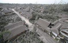 Abu vulkanik dari letusan Gunung Merapi disertai lahar dingin (bahan letusan yang sudah mengendap, kemudian mengalir deras menuruni lereng gunung) menutupi sebuah desa di Muntilan, Jawa Tengah, Indonesia