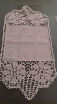 This Pin was discovered by ser Thread Crochet, Filet Crochet, Easy Crochet, Lace Doilies, Crochet Doilies, Crochet Lace, Tablecloth Fabric, Crochet Tablecloth, Crochet Designs