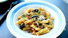 Fräs+bacon+i+olivolja+tills+det+fått+fin+färg.+Lägg+i+vitlök+och+fräs+ytterligare+någon+minut.+Häll+i+vitt+vin,+tomater,+kapris,+oliver+och+timjan.+Låt+koka+ihop+ca+15+minuter+på+medelvärme.+Koka+pastan.+Smaka+av+såsen+med+salt,+en+nypa+socker+och+svartpeppar.+Vänd+ner+persilja+och+den+nykokta+pastan.+Strö+på+nyriven+parmesanost.