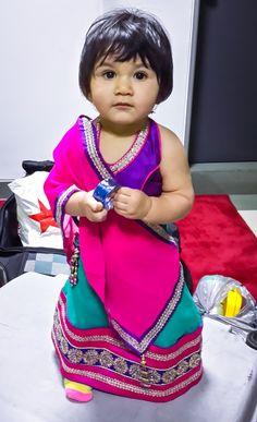 """El """"Chaniya Choli"""" es uno de los atuendos más llamativos de las mujeres de la India, y es, por lo general, confeccionado a medida. Tiene 3 piezas: blusa, falda y una especie de bufanda que se puede usar para cubrir la cabeza o el torso del cuerpo. Es un atuendo muy popular durante la época de fiestas, bodas y otras ocasiones formales. Algunas jovencitas y niñas optan por un look más fashionista y hacen un """"mix and match"""" con piezas de diferentes texturas, colores y pedrería."""