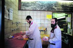 'Met mijn baard en kleding raak ik niet aan de slag in een niet-joodse zaak', klinkt het in slagerij Moskowitz.Katrijn Van Giel