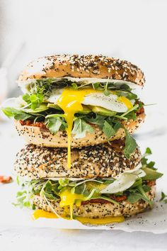 Bagel Sandwiches mit Ei und Salat An epic breakfast sandwich: flavorful romesco sauce, tangy cream cheese, a perfectly fried egg, peppery arugula, all on top of a toasted everything bagel. Bagel Breakfast Sandwich, Breakfast Desayunos, Bagel Bagel, Gourmet Breakfast, Comida India, Bagel Recipe, Healthy Sandwiches, Vegetarian Sandwiches, Panini Sandwiches