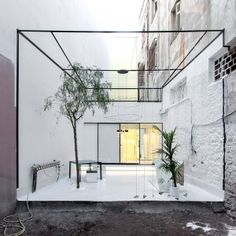 / Optimist by 314 Architecture Studio // Athens-based 314 Architecture Studio designed an eyewear store featuring a courtyard framed by a floating cube nestled between two exposed brick walls. Located in Chalkida on the Greek island of Euboea the store. Patio Interior, Interior And Exterior, Marble Interior, Architecture Design, Retail Architecture, Casa Patio, Backyard Patio, Design Exterior, Interior Minimalista