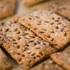 biscuiţi cu seminţe Vegan Biscuits, Thing 1, 1 An, Toddler Meals, Baby Food Recipes, Crackers, Food And Drink, Gluten, Bread