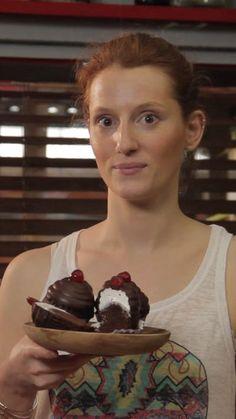 Recette avec instructions en vidéo: Vous voulez épater vos invités avec un dessert gourmand et original ? Anne-Sophie vous livre sa recette du hithat cupcake. Ingrédients: 150g sucre, 190g farine, 60g cacao en poudre, 1 pincée de sel, 110g de beurre non salé, 2 oeufs, 120g yaourt grec, 1 cac vanille liquide, 250g de sucre, 3 gros blancs d'oeufs, 60ml d'eau, 340g chocolat, 8 cerises confites