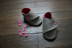 """Leatherbooties - free Pdf Pattern, click below text """"ici"""" written in violet Sewing For Kids, Baby Sewing, Diy For Kids, Couture Bb, Couture Sewing, Shoe Pattern, Baby Boots, Doll Shoes, Baby Crafts"""