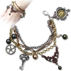 Mrs Hudsons Cellar Keys Steampunk Armschmuck: Matron of both house and workshop-laboratory, this, her bracelet made-up of some of her many technological access. Steampunk Shoes, Steampunk Goggles, Steampunk Accessories, Steampunk Cosplay, Steampunk Necklace, Steampunk Clothing, Steampunk Fashion, Steampunk Heart, Gothic Steampunk