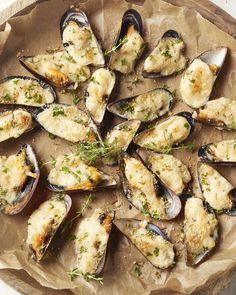 Gegratineerde mosselen Dutch Recipes, Fish Recipes, Italian Recipes, Great Recipes, Belgium Food, Lemon Kitchen, Mussels, Fish And Seafood, Oysters